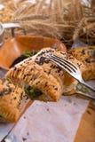 Печенье слойки с завалкой шпината стоковое фото