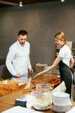 Печенье Человек выбирая свежую хлебопекарню в магазине стоковая фотография
