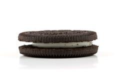 Печенье шоколада при сливк заполняя на белой предпосылке Стоковые Изображения