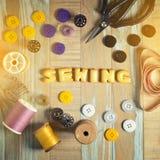 Печенье ABC и шить инструменты на винтажной деревянной предпосылке Стоковые Фотографии RF