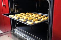 Печенье Eclair выпечки в печи Стоковые Изображения