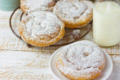 Печенье Ensaimada свирли датское напудренное на охладительной решетке и плите молоко бутылки Стоковые Фото