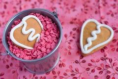 Печенье gingerbread Валентайн формы сердца Стоковые Изображения