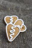 Печенье gingerbread формы сердца на sacking Стоковое Фото