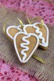 Печенье gingerbread формы сердца на sacking Стоковые Изображения RF