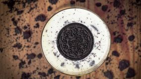 Печенье Oreo тонуть в стекле молока редакционо акции видеоматериалы