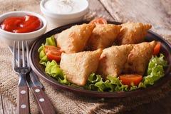 Печенье Samosa очень вкусное на плите с томатами и салатом Стоковые Изображения RF