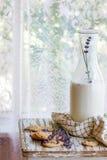 Печенья лаванды с молоком Стоковая Фотография RF