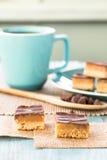 Печенья бара миллионера шоколада и карамельки с кофейной чашкой Ve Стоковое фото RF