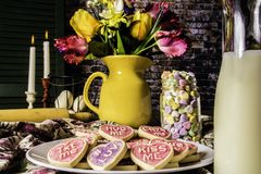 Печенья валентинки и бутылка молока Стоковая Фотография RF
