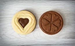 2 печенья варенья в форме сердца и клевера листают на wo Стоковое Изображение