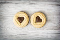 2 печенья варенья в форме сердца на деревянной предпосылке Стоковая Фотография