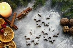 Печенья взбрызнутые с мукой, специи рождества Питание Справочная информация Стоковые Фотографии RF