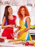 Печенья выпечки девушки в кухне печи Стоковая Фотография