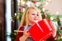 Печенья выпечки девушки перед рождественской елкой Стоковое Фото