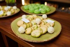 Печенья в плите на таблице стоковое изображение