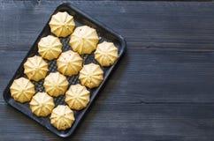 Печенья в подносе на деревянной задней земле стоковое фото
