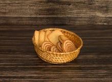 Печенья в плетеной корзине Стоковое фото RF