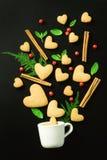 Печенья в сердце формируют разлитый от белой чашки Стоковые Фотографии RF