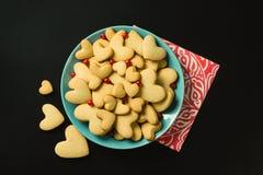Печенья в сердце формируют с клюквой в голубой плите Черный b Стоковое Фото