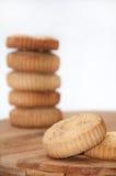 2 печенья в фокусе и пары blured на заднем плане Стоковые Фотографии RF