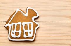 Печенья в форме дома на деревянной предпосылке Стоковые Фотографии RF