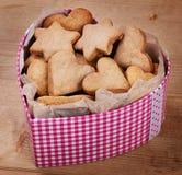Печенья в форме коробки сердца на таблице Стоковое Фото