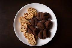 Печенья в форме кофейных зерен и хлопьев с изюминками и гайками стоковые фото