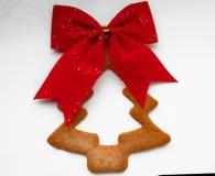 Печенья в форме рождественской елки с красным смычком Стоковые Изображения RF