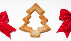 Печенья в форме рождественской елки с красным смычком Стоковые Фото