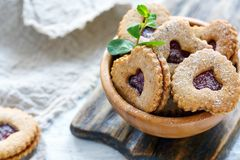 Печенья в форме сердец в деревянном шаре Стоковое Изображение RF