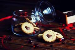 Печенья в форме сердец, на любов писем печенья концепция подарка для Valentine' день s E стоковое изображение
