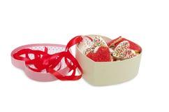 Печенья в форме сердца в розовой коробке изолированной на белизне с путем клиппирования, дне ` s валентинки Стоковое Изображение
