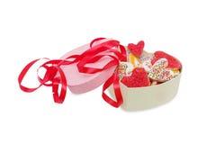Печенья в форме сердца украшенного при лента на дне ` s валентинки St изолированная на белизне с путем клиппирования, взгляд свер Стоковое фото RF