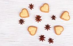 Печенья в форме сердец и анисовки звезд на белой деревянной предпосылке Стоковые Фото