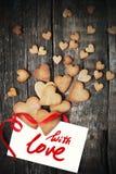 Печенья в форме сердец на день валентинки Сообщение с влюбленностью Стоковое фото RF