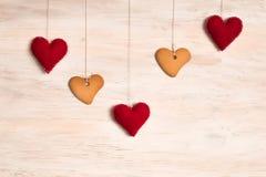 Печенья в форме сердца и сердца на предпосылке Стоковое Изображение