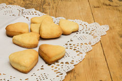 Печенья в форме сердца на белой салфетке шнурка Стоковые Фотографии RF