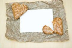 Печенья в форме сердца на бумажной предпосылке Стоковое Фото