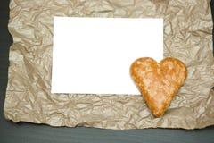 Печенья в форме сердца на бумажной предпосылке Стоковая Фотография