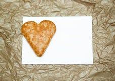 Печенья в форме сердца на бумажной предпосылке Стоковые Изображения