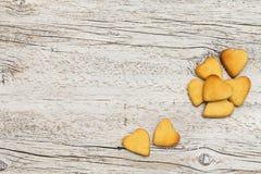 Печенья в форме сердца на деревянной предпосылке Стоковые Изображения RF