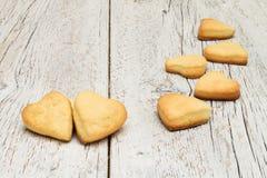 Печенья в форме сердца на деревянной предпосылке Стоковые Изображения