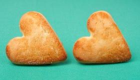 Печенья в форме сердца на зеленой предпосылке Стоковое фото RF