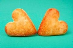 2 печенья в форме сердца на зеленой предпосылке Стоковые Фотографии RF