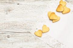 Печенья в форме сердца на салфетке шнурка Стоковые Изображения