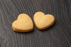 2 печенья в форме сердца на темной деревянной доске Стоковые Фотографии RF