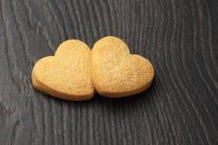 2 печенья в форме сердца на темной деревянной доске Стоковая Фотография RF