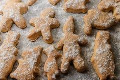 Печенья в форме людей, животных и снежинок на листе выпечки Стоковые Изображения RF