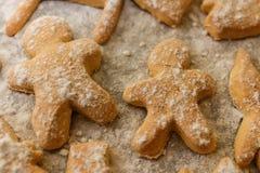Печенья в форме людей, животных и снежинок на листе выпечки Стоковое Изображение RF